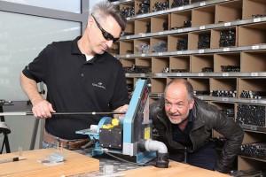 Top-Schlägerbauer Paul Robeson und Marek Erhardt fachsimpeln in der gläsernen Golfschläger-Manufaktur