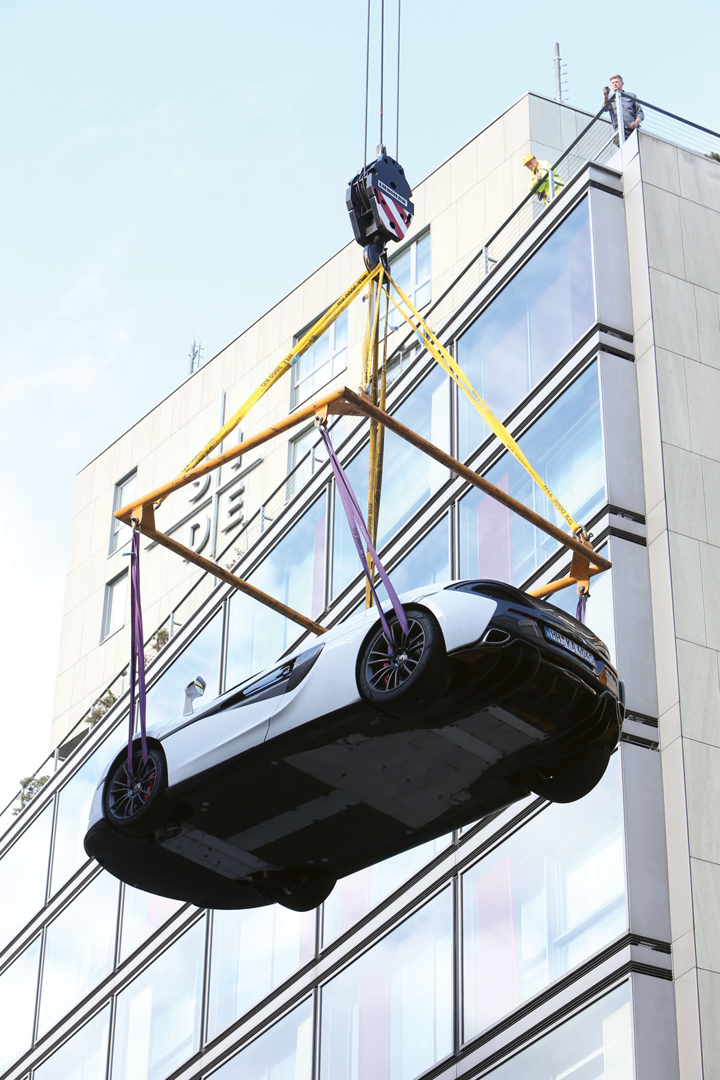 McLaren 570S wird für eine Veranstaltung von McLaren Hamburg auf die Dachterrasse des SIDE Hotels gekrant.