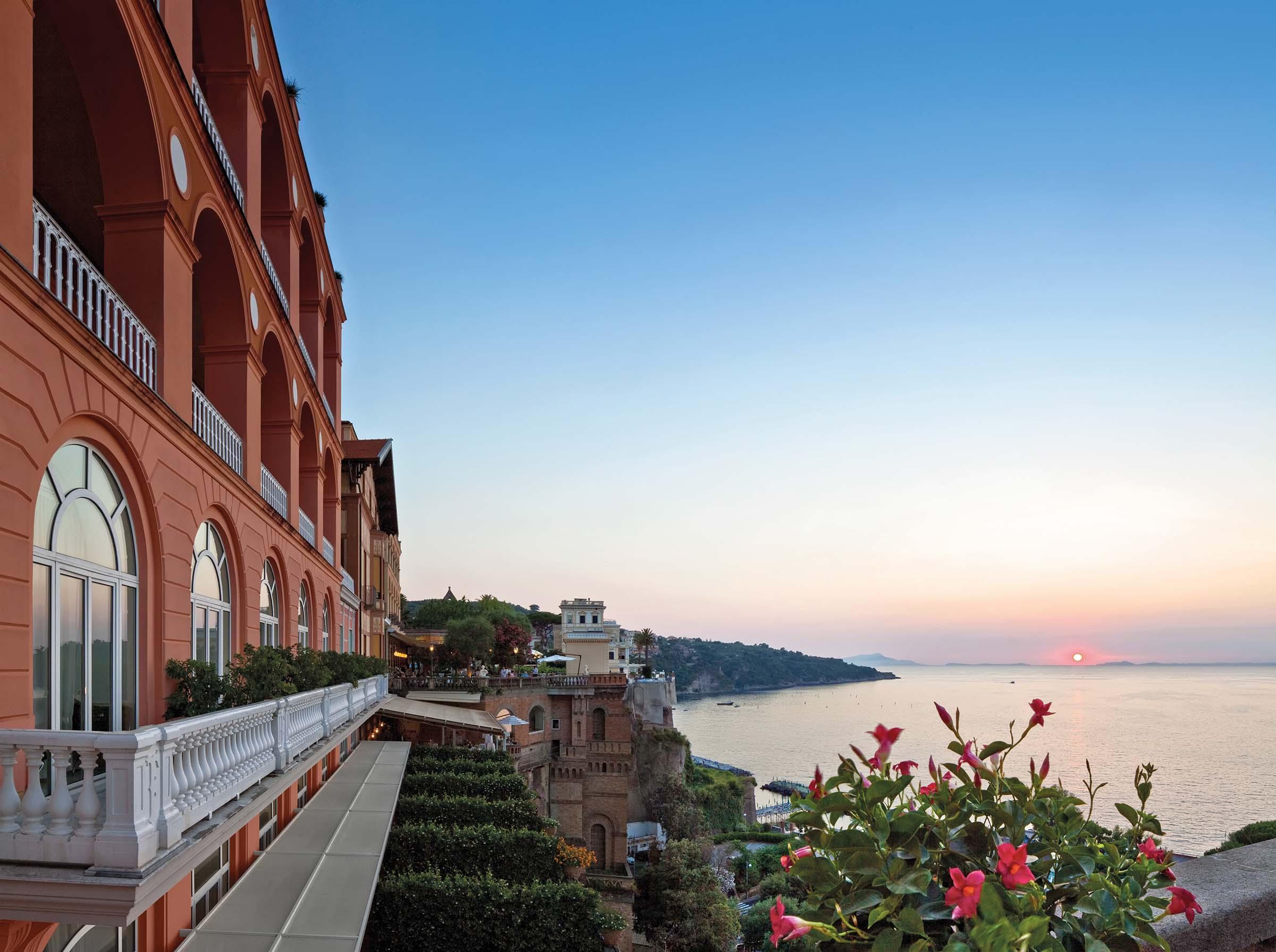 Über den Klippen von Sorrent am Golf von Neapel liegt das Grand Hotel Excelsior Vittoria